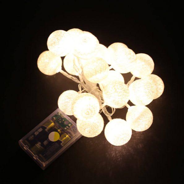 Guirnalda blanca de bolas de algodon 01